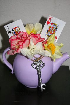 23 Trendy tea party bridal shower decorations center pieces alice in wonderland Alice In Wonderland Decorations, Alice In Wonderland Tea Party, Alice In Wonderland Flowers, Mad Hatter Party, Mad Hatter Tea, Mad Hatters, Baby Shower, Bridal Shower, Alice Tea Party