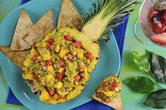 Este delicioso guacamole muy tropical y fresco es ideal para darle un giro totalmente diferente a la preparación del guacamole original. Este guacamole va servido en una piña y va mezclado con cebolla morada, mango, pepino, chile habanero y sandía. Es totalmente delicioso
