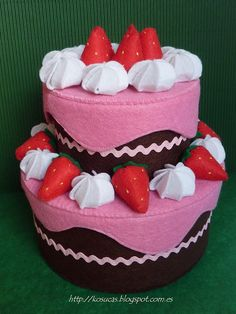 Felt cake box.  Tarta de fieltro de dos pisos chocolate y fresa.