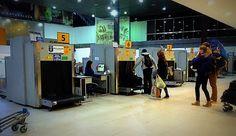 http://ift.tt/2lrDt2c http://ift.tt/2kcbcHU  A partir de ahora el paisaje en los aeropuertos internacionales del país será distinto  Se estableció un nuevo procedimiento de atención al pasajero destinado a agilizar los trámites aduaneros necesarios para el ingreso al país que comenzará a aplicarse a partir de mañana en el Aeropuerto Internacional de Ezeiza. El nuevo procedimiento comienza luego de que el pasajero haya retirado el equipaje de la cinta y consiste en lo siguiente:  1) El…