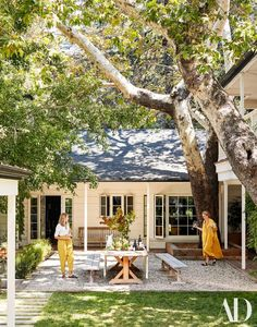 00 Emily Ward Designs a Family Home for Herself and Actor Giovanni Ribisi Louisa Pierce and Emily Ward partners in Pierce Ward in the homes outdoor dining area. Architectural Digest, Outdoor Dining, Outdoor Spaces, Dining Area, Patio Dining, Dining Table, Patio Table, Indoor Outdoor, Hollywood Hills Häuser