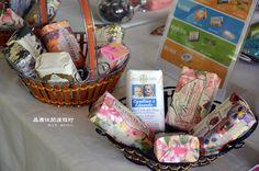 白布的桌面擺設許多手工香皂及個人保養用品