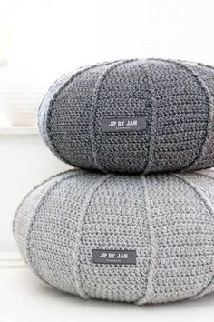 Grey crochet poufs - like giant pebbles! Crochet Home, Diy Crochet, Crochet Cushions, Lang Yarns, Crochet Projects, Home Accessories, Crochet Patterns, Pillow Patterns, Creations