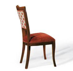 Esta silla es en madera noble y su cojín tiene una funda roja y resistente para el dormitorio.