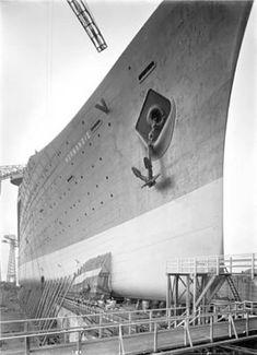 étrave de Normandie sur sa cale de lancement Ss Normandie, Sea Queen, Titanic Ship, Saint Nazaire, Easy Rider, Ways To Travel, Shipwreck, Tall Ships, Vintage Travel Posters
