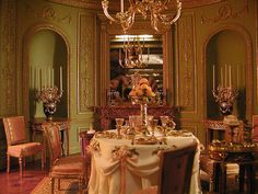 I'd eat dinner in this elegant miniature dining room in a second flat, if I could fit! Miniature Rooms, Miniature Kitchen, Miniature Houses, Mini Houses, Barbie Furniture, Dollhouse Furniture, Dollhouse Interiors, Victoria House, Victorian Dollhouse