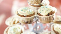 Valkosuklaa-mustikkamuffinit maistuvat kaikenikäisille. Valkosuklaa-mustikkamuffinssit ovat herkullinen makea jälkiruoka, joka on testattu K-Koekeittiössä. Mini Cupcakes, Sweet Tooth, Desserts, Food, Tailgate Desserts, Deserts, Essen, Postres, Meals