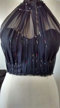 DIY Women's Clothing : Emmateliê Vestidos. Drapeado -Read More – Novo Hamburgo em Rio Grande do Sul Draping and Moulage This is an example of pleating over top of the bodice . This picture shows a princess Seam on the lining layer of the bodice. Fashion Sewing, Diy Fashion, Ideias Fashion, Fashion Dresses, Womens Fashion, Diy Clothing, Sewing Clothes, Dress Sewing Patterns, Clothing Patterns
