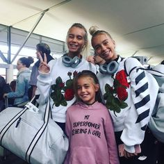 Lisa and Lena with a fan at the airport Lisa, Super Powers, Youtubers, Bff, Twins, Graphic Sweatshirt, Women's Fashion, Celebrities, Instagram Posts