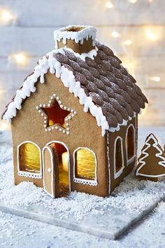 Mary Berry's gingerbread house Create your own winter wonderland with Mary Berry's gingerbread recipe. It makes a wonderful center piece for parties, and children will love it. Gingerbread House Pictures, Easy Gingerbread House, Gingerbread House Designs, Gingerbread Decorations, Gingerbread Cookies, Christmas Baking, Christmas Treats, Christmas Cookies, Wilton Cake Decorating