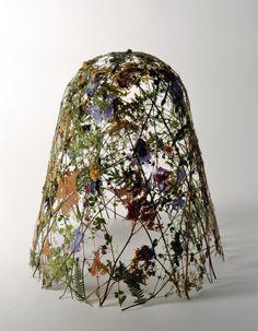 L'artiste espagnol Ignacio Canales Aracil crée des sculptures, qui rappellent des paniers inversés, en utilisant uniquement des fleurs pressées.  L'art de la fleur pressée remonte à des milliers d'années; les fleurs pressées auraient été découvertes dans un cercueil de la mère de Toutankhamon en Egypte, et les botanistes grecs et romains étaient connus pour préserver les plantes en utilisant des techniques encore utilisées aujourd'hui. Mais la méthode d'Aracil est un peu différente…