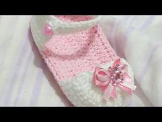 SANDÁLIA PRIMAVERA - YouTube Booties Crochet, Crochet Baby Sandals, Crochet Baby Clothes, Knit Crochet, Crochet Things, Baby Boots, Baby Girl Shoes, Free Pattern, Crochet Necklace