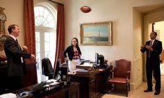 Obama troca passes com seu chefe de viagens, Marvin Nicholson, do lado de fora do Salão Oval. Pete Souza / The White House