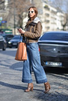 Isabella Charlotta Poppius poses with a Loewe bag before the Acne Studios show at the Hotel Potocki during Paris Fashion Week FW on March Trend Fashion, Fashion Week, Denim Fashion, Fashion Outfits, Paris Fashion, Women's Fashion, Outfit Jeans, Wide Jeans, Wide Leg Pants