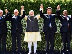 Michel Temer, o presidente da Rússiam Vladimir Putin, o ministro da Índia, Narenda Modi, o presidente da China, Xi Jinping e o presidente da África do Sul, Jacob Zuma durante o Brics na Índia (Foto: Money Sharma/ AFP)
