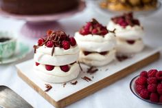 What could be sweeter than a surprise treat for your gluten-free sweetheart? These raspberry & dark chocolate mousse mini pavlova stacks spell TLC for the tummy. Meringue Desserts, Mini Desserts, Dessert Recipes, Mini Pavlova, Raspberry Pavlova, Chocolate Pavlova, Mini Meringues, Pavlova Recipe, Clotted Cream