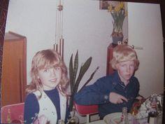 Birthe Forst Jensen, 51 Vanløse. Hvert år fejrede vi min mors fødselsdag (7. april) med en påskefrokost. Så kom familien på min fars side. Min mors familie bor i Ribe, så de kom (heldigvis) ikke så tit. Frokosten var traditionel med sild og snaps og citronsodavand til børnene, det vi aldrig fik til hverdag! Frokosten blev hurtigt kedelig, da de voksne ville sidde længe ved bordet. Så var det sjovere at høre kassettebånd og læse blade med fætrene inde på mig og min søsters værelse (1975).