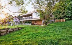 Eingebettet: Vom überdachten Freisitz aus hat die Familie einen unverbauten Blick. Die Treppe führt vom Garten zum Schuppen, er dient als Schmutzschleuse ins Haus.