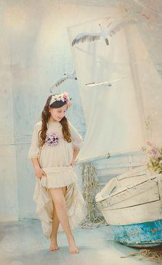 Fotos de comunión frescas, naturales y originales para niños y niñas guapas. Fotografías emotivas y tiernas de comunión.