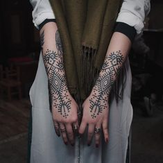 Cool Stick N Poke Hand Tattoos . Cool Stick N Poke Hand Tattoos . Pics My Favorite Geometric Tattoos Hand Tattoos Pictures, Hand Tattoo Images, Hand Tattoos For Guys, Picture Tattoos, Henna Tattoo Hand, Poke Tattoo, Bild Tattoos, Body Art Tattoos, Tribal Tattoos