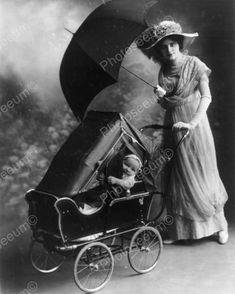 Woman with a baby stroller and an umbrella, 1913 Love vintage photos! Vintage Pram, Vintage Dior, Vintage Versace, Vintage Love, Vintage Beauty, Vintage Ladies, Vintage Stuff, Retro Vintage, Images Vintage