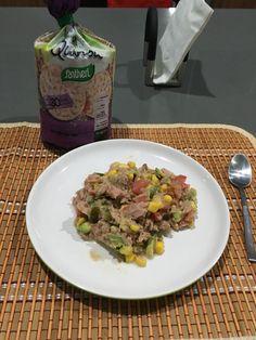 1 lata de atún en agua, jitomate, cebolla, aguacate, elote, jalapeño y jugo de limón. Acompaña esta ensalada con tortitas de quinoa.