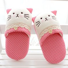 2012 plaid polka dot lace cat home plush floor thermal slippers Loja Online Sewing Slippers, Cute Slippers, Crochet Slippers, Baby Sewing Projects, Sewing For Kids, Doll Clothes Patterns, Sewing Patterns, Baby Doll Shoes, Clothing Store Displays