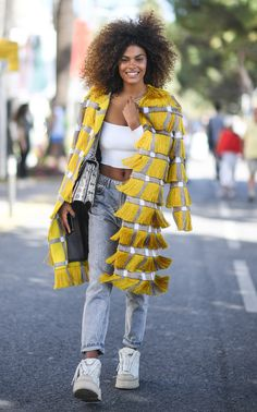 "Yellow and grey fringe coat ""and nohing else!"" Abrigo con flecos gris y amarillo just fashion"