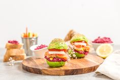 A super easy and healthy Avocado Burgers! (in French) Avocado Burger, Salmon Burgers, Avocado Toast, Seafood Recipes, Vegetarian Recipes, Kitchen Stories, Wrap Recipes, Green Kitchen, Food Inspiration