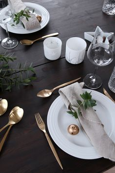 Nordic Christmas styling on a black dining table with white plates and gold flatware as an accent Christmas Table Settings, Christmas Tablescapes, Christmas Table Decorations, Decoration Table, Noel Christmas, Scandinavian Christmas, Simple Christmas, All Things Christmas, Black Christmas