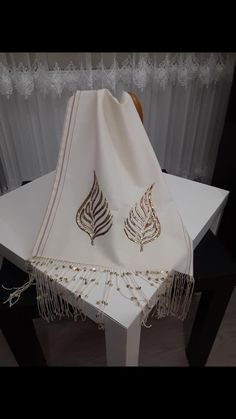 Fabric Painting Tutorial: On this tutorial we'll explain to you utilizing Country Chic Paint to cust Embroidery Suits Design, Creative Embroidery, Hand Embroidery Designs, Embroidery Patterns, Couture Embroidery, Ribbon Embroidery, Embroidery Stitches, Denim Rug, Kinds Of Fabric
