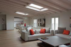Grazie al tocco di esperti progettisti una mansarda di Milano è stata ristrutturata e resa funzionale, ben arredata e luminosa