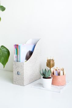 DIY Granite Stone Effect Magazine Files from @fallfordiy Organise your magazines with this easy to make design idea. Click through for full tutorial.
