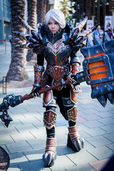 This WoW cosplay is absolutely crazy (Tier 13 Warrior Armor by Moonshuu)