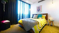 Спальня, полная жизни! Желтое покрывало. Синие шторы. Ковер цвета горчицы. Ярко и остро.