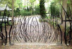 Hekken met vrije formgeving-Smeedijzeren hekken vrij vormgegeven door de siersmederij Rein Tupker & ZN in Soest.