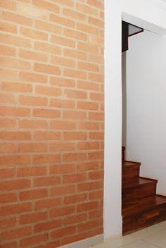 Na parede do corredor de circulação tijolo à vista