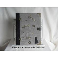 Le Bilichildis est un grimoire album-photo recouvert de tissu velours taupe et de cuir noir. Il est entièrement réalisé à la main.