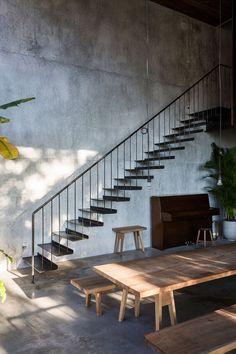 베트남 호치민 시에 새롭게 조성된 주택단지에 다층 구조의 개인 주택이 존재하는데 이 곳은 '작품'이라는 용어와 '재질의 사용'이라는 두가지 의미에서 건축학적으로도 일반 주택을 재해석한 것으로 볼 수 있다. 베트남을 거점으로 한 일본인 건축가인 Shunri Nishizawa가 설계한 Thong House는 건물의 주축 역할을 하고 하면서 지붕에 위치한 가든으로 연결되어 있는 본 계단 주위로 일련의 큐브 형태를 하고 있다. 다양한 집..
