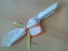 Een zakdoek met een knoop erin.  Eventueel zakdoek versieren met textielstift of met strijkpapier een foto of logo.