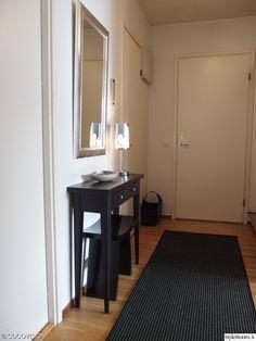 Kapea sivupöytä. JUVIn sivupöytä mustaksi vahattuna. Katso lisää sivupöytiä: http://www.juvi.fi/sivupoyta.html