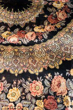 Vintage Russian shawl Prayer designed by Konstantin Abolikhin, a beautiful vintage color scheme. #russian #shawl #pavloloposad #piano