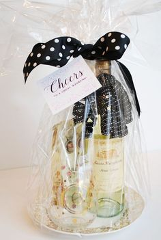 Easy gift basket ideas for all occasions, dinner in a box, a box of happy girlfriends' gift and a wine-themed hostess gift (Christmas Breakfast Basket) Alcohol Gift Baskets, Alcohol Gifts, Wine Gift Baskets, Wine Gift Boxes, Easy Gifts, Homemade Gifts, Hostess Gifts, Holiday Gifts, Gift Baskets For Women