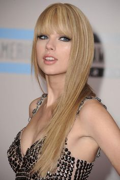 Taylor Swift is looking very hot and sexy. You will find gallery of Taylor Swift Images at the JaiPals end of the post. Taylor Swift Bangs, Taylor Swift Moda, Taylor Swift Style, Taylor Alison Swift, Swift 3, How To Cut Bangs, Long Hair With Bangs, Straight Bangs, Blonde Hairstyles
