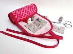 Pochette pour nécessaire de couture rouge et rose à fleurs / Trousse couturière / Kit de voyage et de dépannage / Cadeau pour couturière
