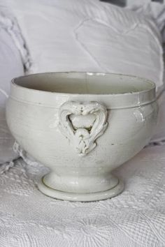 I think my soup would go cold if served in this because I would be so mesmerised by the bowls beauty! French Style Homes, White Dishes, Tea Stains, Shades Of White, Shabby Chic Homes, Vintage Pottery, Vintage Decor, French Vintage, Dinnerware