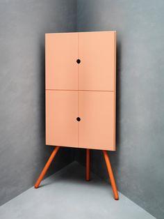 Der Ikea PS 2014 Eckschrank nutzt jede Ecke. Außerdem kann man die Beine entfernen und so die Schränke auch übereinander anbringen (47×47 cm, 110 cm hoch, 79 Euro).