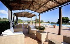 Hotelfinca Son Corb | Diese wunderschöne Hotelfinca befindet sich in Hanglage zwischen den Orten Son Servera und Cala Bona und bietet insgesamt 22 moderne Zimmer für 2-5 Personen; alle mit eigener Terrasse und Bad en suite. Ebenfalls steht Ihnen eine Sauna, ein ca. 150 qm großer Pool mit Solarium und ein Restaurant zur Verfügung.