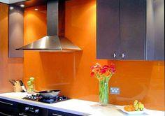 Es gibt so viele Möglichkeiten für die individuelle Gestaltung Ihrer Küche – man muss sie nur kennen. Verschenken Sie beispielsweise keine wertvolle Option, farbige Akzente zu setzen, indem Sie die Wände Ihrer Küche einfach fliesen. Schaffen Sie mit einer Glasrückwand einen Blickfang. Wir bieten Ihnen Rückwände in allen Farben und Größen.