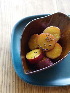 さつまいもの砂糖醤油煮 by 齋藤 礼奈 / さつまいもを甘辛く煮た懐かしい味わいの煮物です。おしょうゆで煮るので、こっくり秋色♪お弁当のおかずや、箸休めにおすすめです。 / Nadia